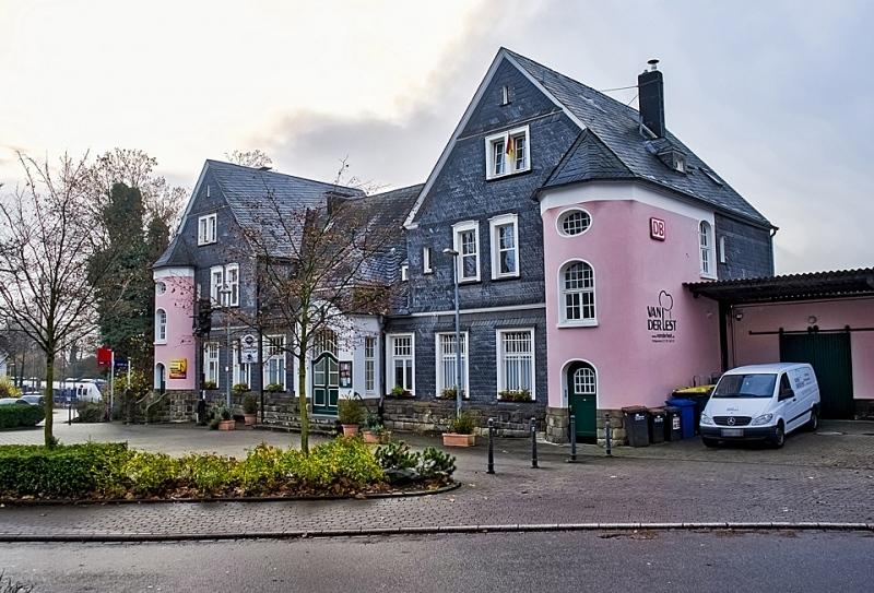 Fassade Kulturbahnhof mit rosa Erkern