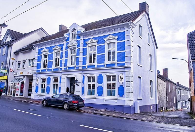 Fassade mit blauen Ziegeln