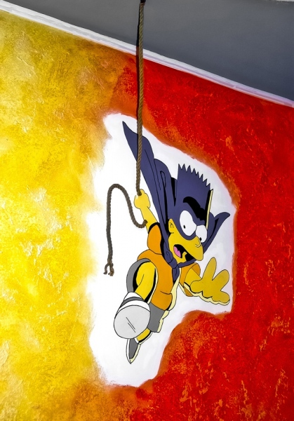 Bartman-vor-rot-organer-Wand