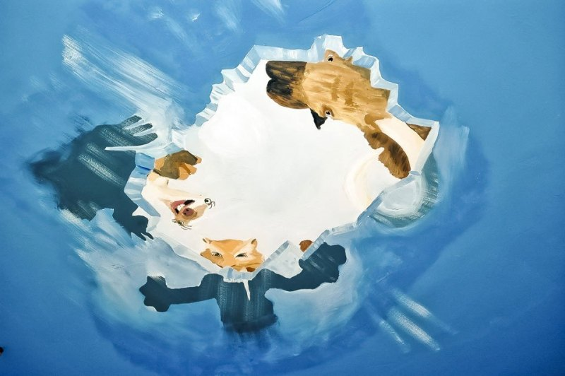 Ice-Age-hinter-blauer-Wand
