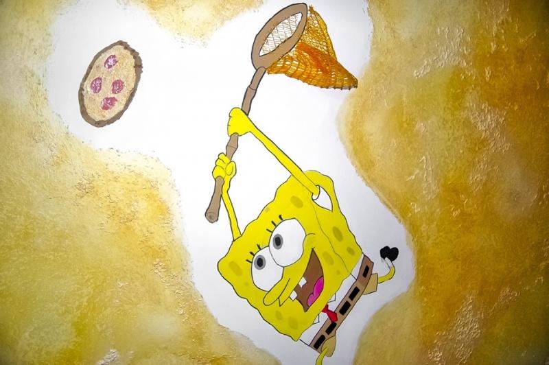 Sponge-Bob-vor-beige-goldener-Wand