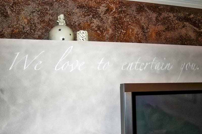 We-love-to-entertain-you-Schriftzug-im-Wohnzimmer