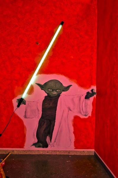 Yoda-vor-roter-Wand